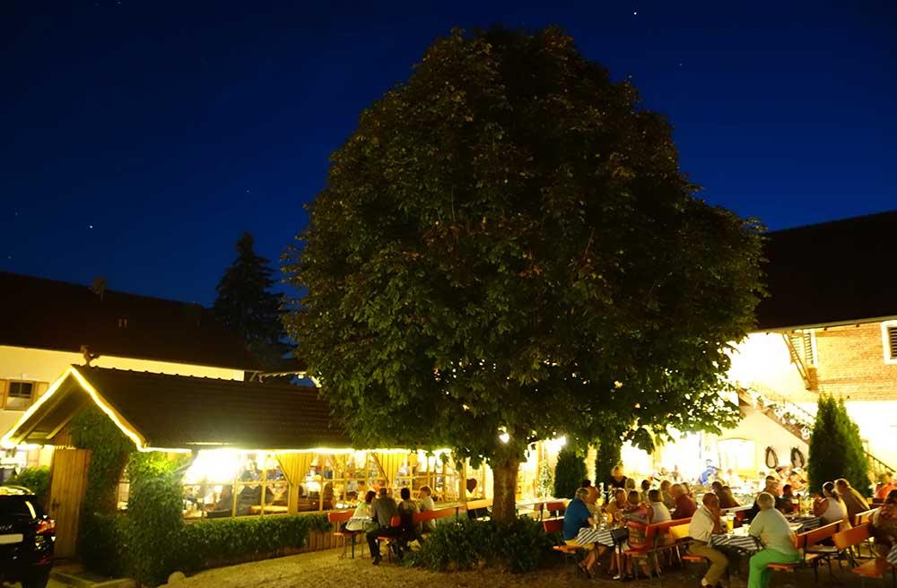 Am Abend wird der Biergarten am Arterhof in Bad Birnbach in stimmungsvolles Licht getaucht
