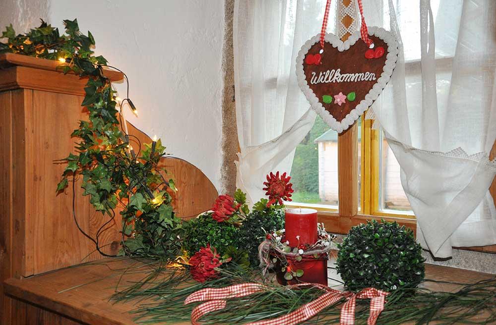 Mit viel Liebe zum Detail werden die Gaststuben im Nostalgie-Wirtshaus Roßstall am Arterhof dekoriert