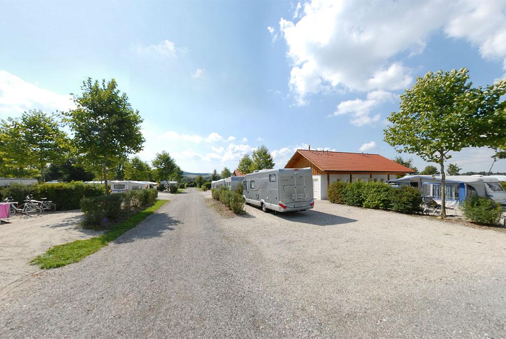 Sehen Sie im virtuellen Rundgang des Camping Arterhofs in Bad Birnbach die großzügigen Stellplätze und die Nähe zu Bad Birnbach
