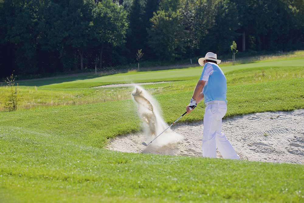 Golf-Pro Josef Loher im Bunker am Bella Vista Golfpark in Bad Birnbach