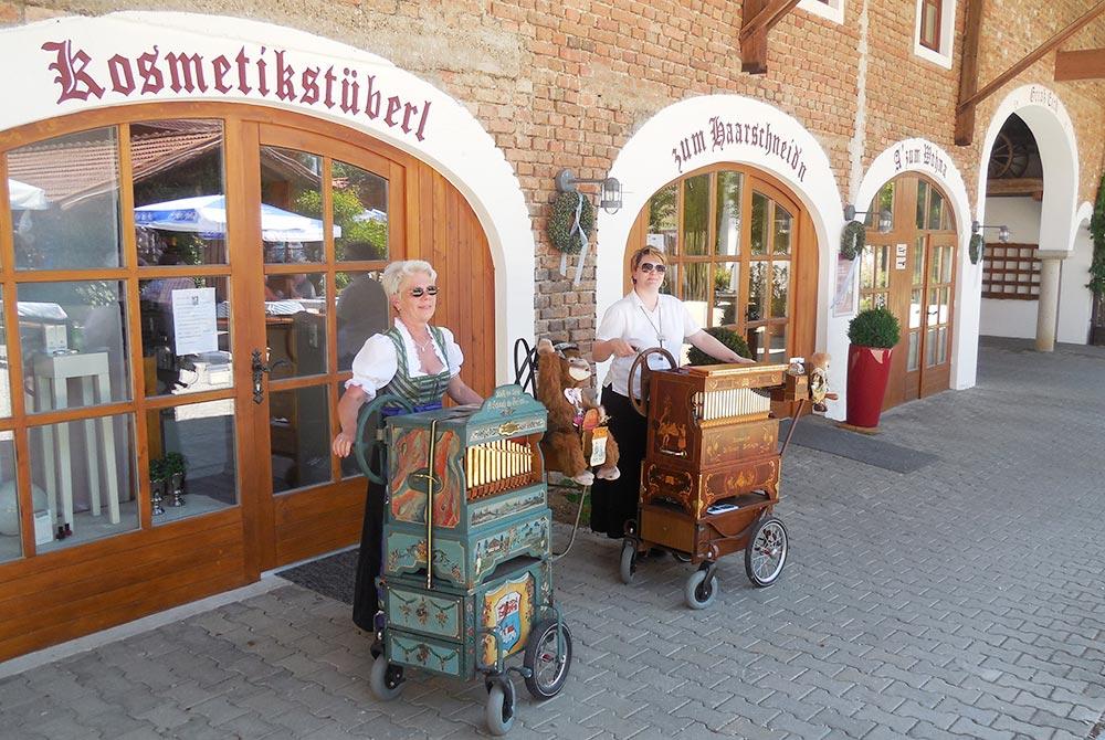 Drehorgelspieler beim Pfingsthoffest  auf dem Arterhof in Bad Birnbach