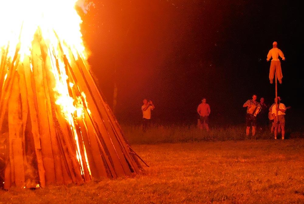 Traditionelles Sonnwendfeuer auf dem Arterhof in Bad Birnbach