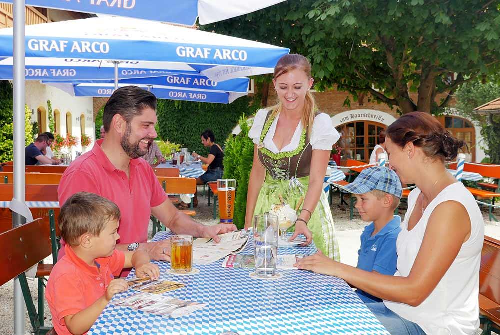 Biergarten unter Kastanien auf dem Arterhof in Bad Birnbach