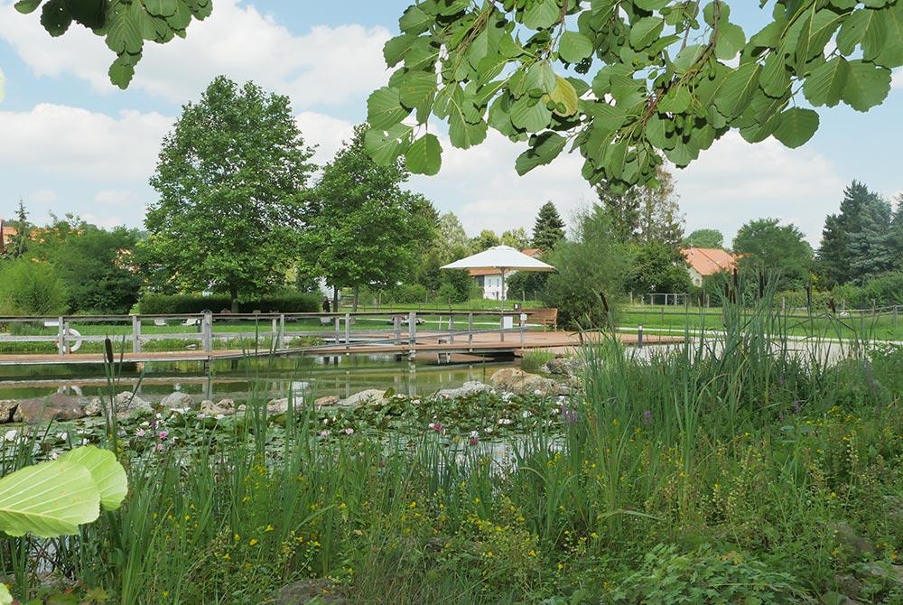 Schöner Badesee in Bad Birnbach auf dem Arterhof