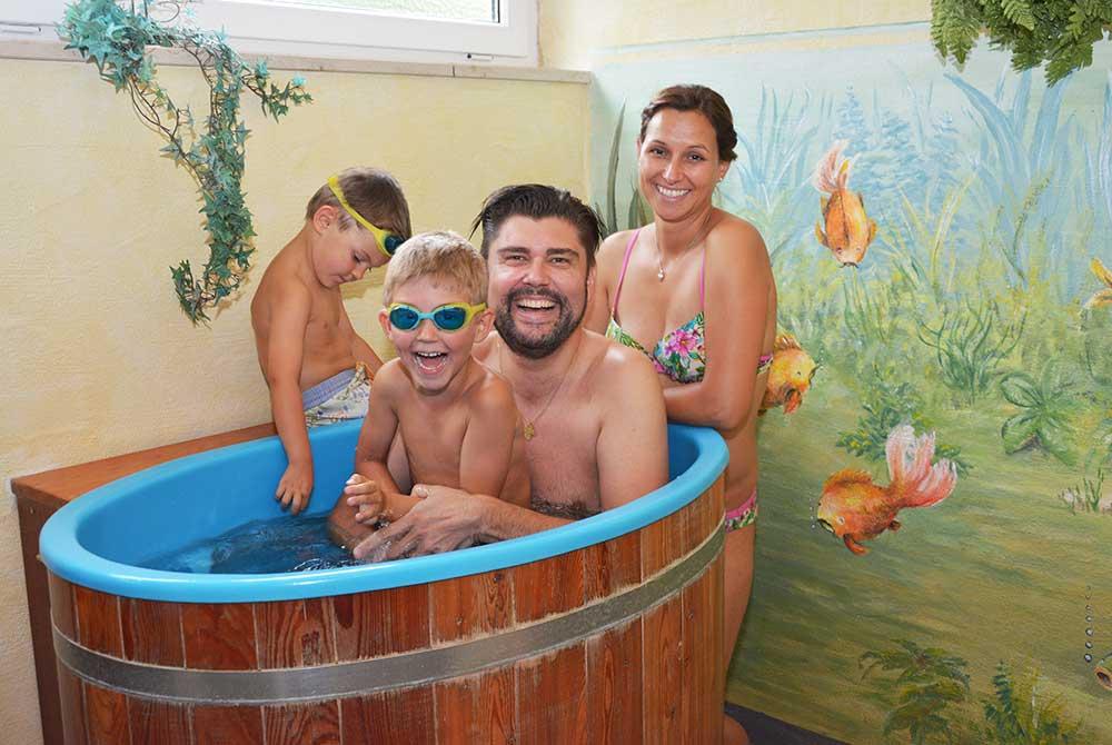 Erfrischendes Eisbad nach der Sauna auf dem Campingplatz Arterhof