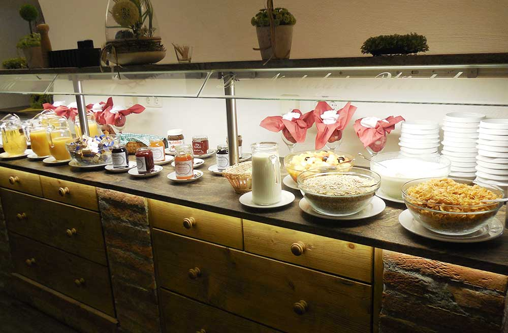 Frühstück vom Schmankerlbuffet am Arterhof mit Säften, Marmeladen, frischen Früchten, Cornflakes und Joghurt