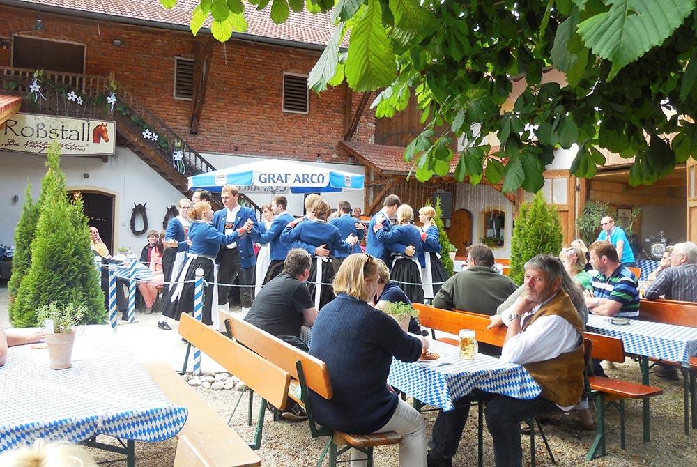 Auftritt der Trachtengruppe beim Pfingsthoffest auf dem Arterhof in Bad Birnbach