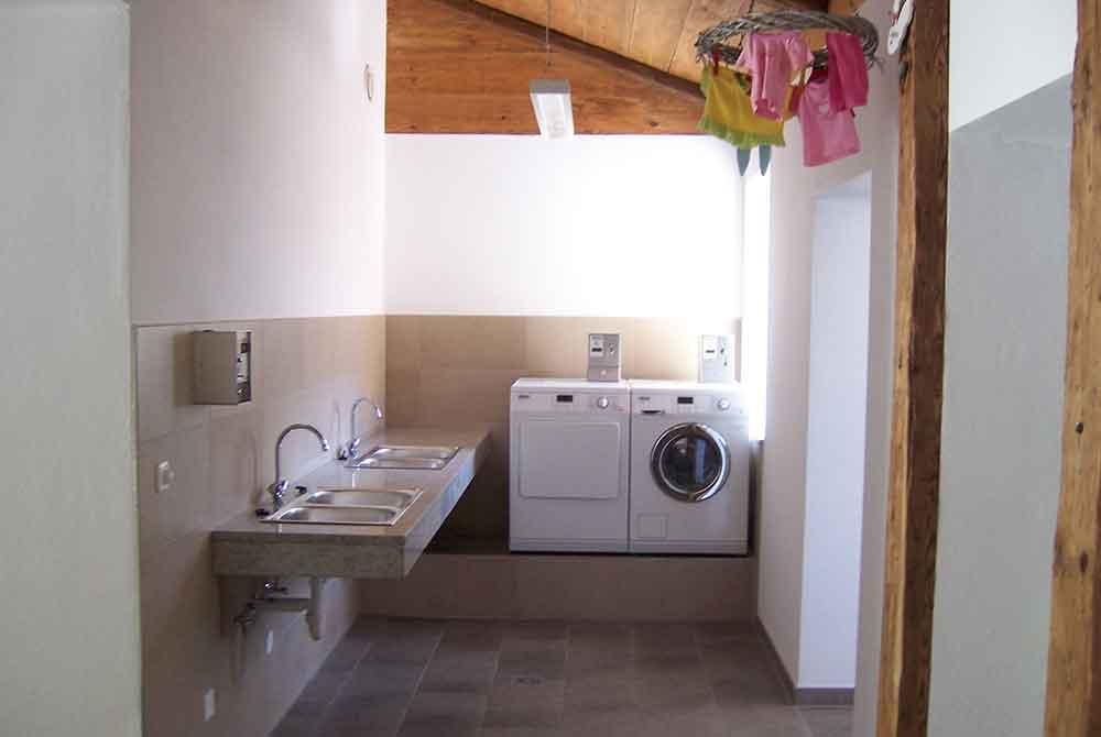Das Waschhaus auf dem Kur-Camping Arterhof ist mit Waschbecken, Waschmaschine und Trockner ausgestattet.