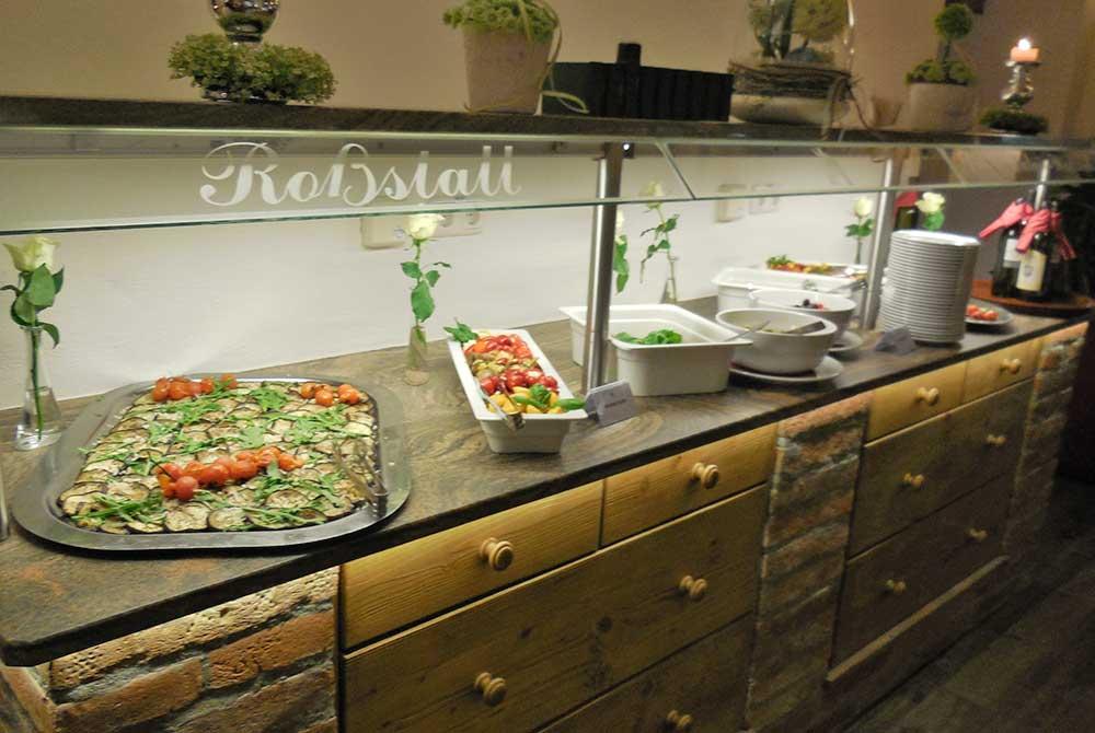 Frische Salate vom Schmankerlbuffet auf dem Arterhof