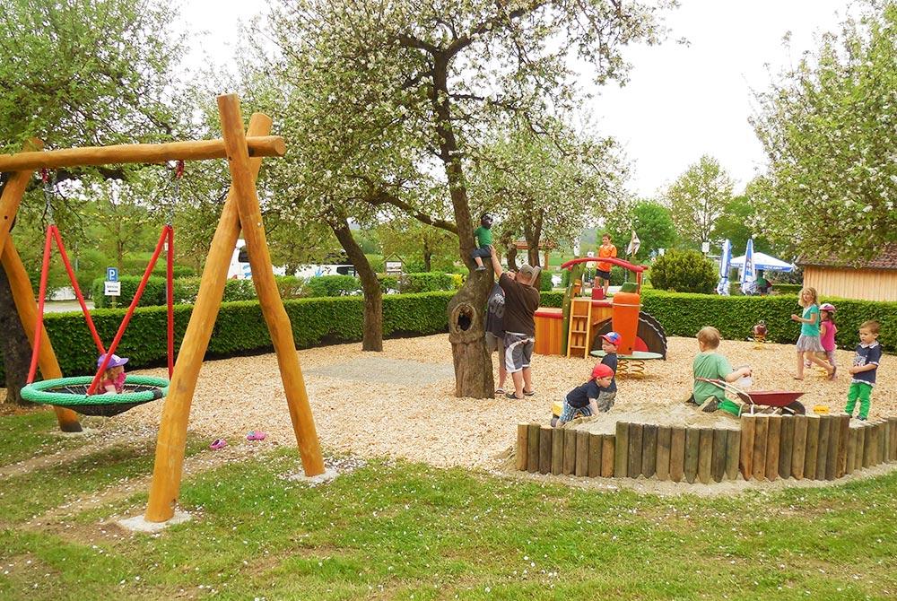Neuer Spielplatz auf dem Arterhof mit Vogelnestschaukel, großem Sandkasten und Kletterbulldog
