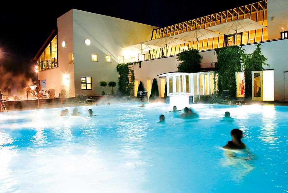 Badespaß bei Nacht in der Rottal Terme in Bad Birnbach