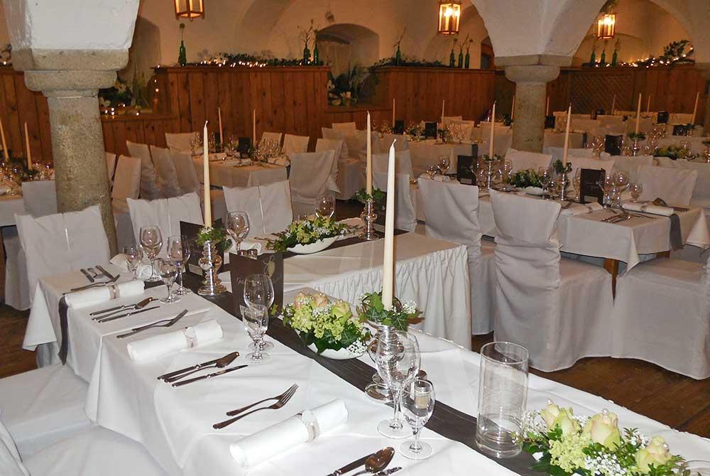 Nostalgie-Wirtshaus Roßstall auf dem Arterhof für eine Familienfeier festlich gedeckt
