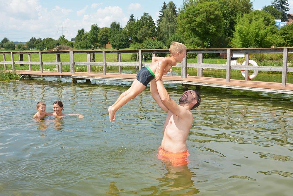 Kinder freuen sich beim Baden im Badesee