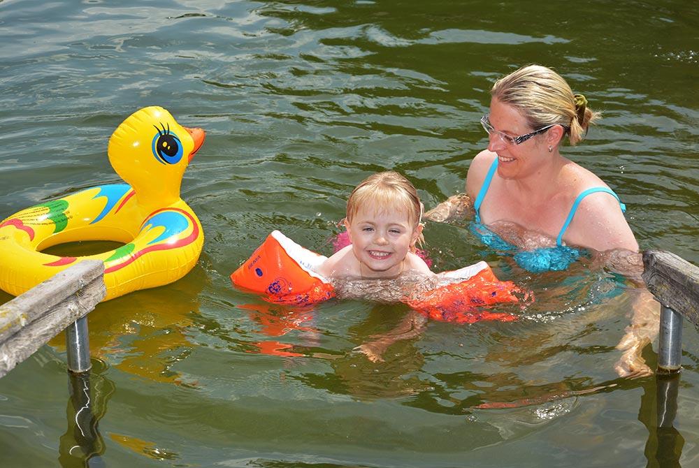 Der Badesee auf dem Campingplatz Arterhof ist auch für Kinder geeignet